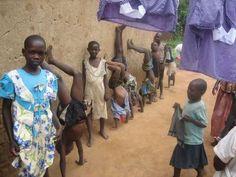Entwurmungskur für Kinder in Uganda