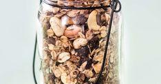 Takuurapea gluteeniton granola paahtuu kätevästi paistinpannulla ilman uunia, ja valmista tulee viidessä minuutissa.