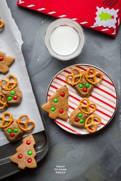 Soft gingerbread cookies made with coconut oil instead of butter and infused with lots of cuteness factors will cheer up everyone who sees them. Gingerbread Reindeer, Soft Gingerbread Cookies, Sugar Free Cookies, Peanut Butter Cookies, Refrigerator Cookies, Traditional Christmas Cookies, Thumbprint Cookies Recipe, Chocolate Brownie Cookies, Best Christmas Recipes