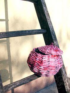 Kreatív újrahasznosítás, avagy mi mindenre jó az újságpapír?   Szépítők Magazin Recycling, Weaving, Basket, Reuse, Blog, Paper Envelopes, Art, Paper, Recyle
