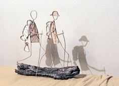 Isabelle m'a demandé une scènette pour une amie voyageuse qui pose ses valises dans une nouvelle maison, des danseuses-chanteuses pour une a... Crafty Projects, Art Projects, Save Water Drawing, Sculptures Sur Fil, Wire Art Sculpture, Wire Sculptures, Paper People, Wire Crafts, Paper Toys