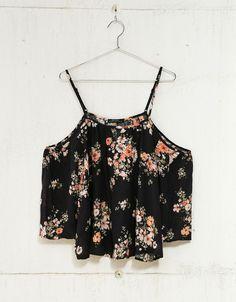 Blusa manga 3/4 'off shoulder'. Descubre ésta y muchas otras prendas en Bershka con nuevos productos cada semana