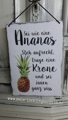 Shabby Chic Holzschild mit Text: Sei wie eine Ananas. Steh aufrecht, Trage eine Krone und sei innen ganz süssHolzschild mit lustigen Spruch.