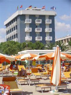 HOTEL CORALLO Die Besitzer, Familie Pollini, führen das Hotel Corallo persönlich seit 1973. Das Hotel befindet sich in herrlicher und ruhiger Lage am wunderschönen Strand von Villa Rosa. Das Haus wurde kürzlich vollständig renoviert und verfügt nun über Klimaanlage in allen Räumen und jeglichen Komfort.
