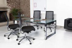 Echa un vistazo a nuestras mesas de oficina con patas cromadas y superficie de cristal translúcidos. Materiales de alta calidad para equipar tu negocio con los mejores muebles. La línea de mobiliario de oficina Exe Cuadra sorprenderá a sus visitantes.