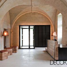 Construção antiga de mosteiro na França é transformada em hospedagem. Veja em: