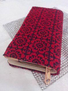 محفظة مطرزة بخيوط الحرير الحماراء بنقش متكرر تطريز فلاحي قلسطيني