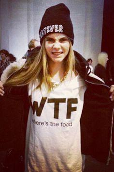 La vuelta a las fashion weeks en imágenes de Cara Delevingne. Además de las muecas, su otro filón son las camisetas estampadas como esta. ¿Dónde está la comida?