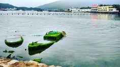 """""""Das Leben geht stetig weiter. Manche Dinge lassen wir zurück, wie diese zwei Boote am Ufer in Huizhou.""""  Habt Ihr auch noch ein Smartphone in der Schublade, oder schlimmer noch in der Hosentasche, dass langsam Moos ansetzt? Zeit für ein neues #Mi5 #Mi4s? ;)  (Unseres: iocean X7)  #china #trip #travel #smartphone #mi3 #xiaomi #miui #instatravel #instatrip #Huizhou #shenzhen #boot #wasser #water #moos #nature"""