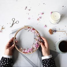 How to make embroidery hoop art with dried flowers. Olga Prinku shares her simple step by step DIY tutorial to create your own botanical embroidery hoop art with pretty dried flowers. Click through for other stunning ideas you'll love to try too Embroidery Hoop Crafts, Hand Work Embroidery, Floral Embroidery, Willow Weaving, Basket Weaving, Embroidery Techniques, Craft Tutorials, Craft Ideas, Diy Flowers