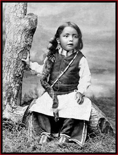 vintage everyday: Native American Kids – 31 Rare A Sioux boy, ca. Vintage Photos of Indian Children in the late Century PUBLIC DOMAIN Native American Children, Native American Pictures, Native American Beauty, Native American Tribes, Native American History, American Indians, Native Americans, First Nations, Portraits