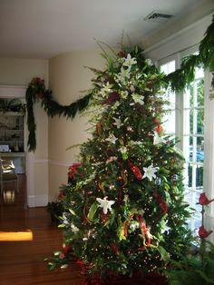 Decoration Ideas, Fancy Fresh Flower Cristmas Decorating With Elegant White Glass Door: Interesting Classic Christmas Tree Decorating Ideas