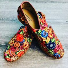 Take a gander at the sparkling effortlessness of this intriguing bohemian style . Take a gander at the sparkling effortlessness of this intriguing b Bohemian Shoes, Bohemian Look, Boho Chic, Sore Legs, Boho Fashion, Fashion Shoes, Bohemian Pattern, How To Make Shoes, Brown Shoe