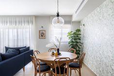 פינת אוכל עגולה נפתחת מעץ אלון פינת אוכל עם טפט Twin Beds, Guest Room, Dining Table, Furniture, Home Decor, Style, Swag, Dining Room Table, Decoration Home