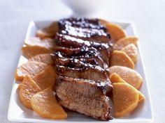 Glasiertes Schweinefleisch mit Süßkartoffeln ist ein Rezept mit frischen Zutaten aus der Kategorie Schwein. Probieren Sie dieses und weitere Rezepte von EAT SMARTER!