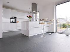 White kitchen with metal elements on slate gray floor Slat . Contemporary Kitchen Design, Kitchen Flooring, Kitchen Decor, White Glossy Kitchen, Modern Kitchen, Ceramic Kitchen, Trending Decor, White Kitchen, Home Decor