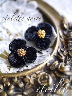 violettes noires 黒いスミレのイヤリング 黒いスミレのブローチとセットのイヤリング(ピアス)です。 パリで仕入れた漆黒のパイエット(スパンコール)が印象的。 花びらの形に合わせて美しい連続刺しで完成させましょう。 ...