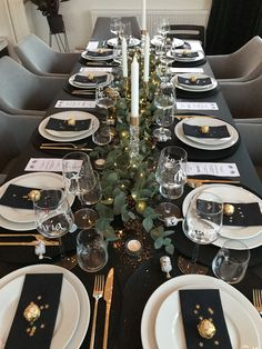 New Year's table setting ✨ You are in the right place about decoration table white Here we offer Christmas Dining Table, Christmas Table Settings, Christmas Table Decorations, Holiday Tables, Thanksgiving Table, Decoration Table, Holiday Decor, Tree Decorations, Comment Dresser Une Table