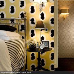 Einfach in eine moderne Einrichtung Formen und Muster des Barocks einbringen und fertig ist der Neobarock-Stil. Zum Beispiel mit dieser gelben Motivtapete, auf der abstrakte Portraits der Perückenträger aus dem 18. Jahrhundert zu sehen sind. - Finde mehr Ideen auf www.roomido.com