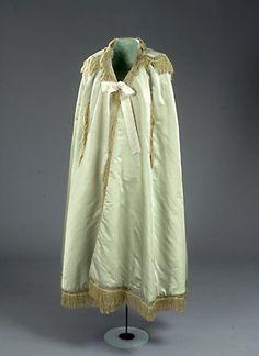 Wedding robe from 1794.  Brudekåbe anvendt af Anne Marie Svane (1763-1849) som i 1794 blev  gift med kommandør C.D. Bagge. Hun var 31 år på bryllupsdagen, hvilket var en forholdsvis høj giftealder set med datidens øjne. @Nationalmuseet