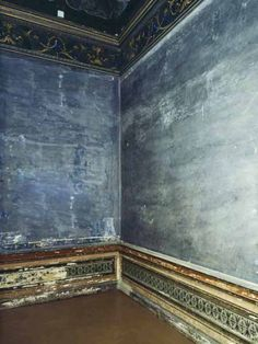 Not gonna paint that wall. Interior Wallpaper, Wall Wallpaper, Distressed Walls, Ivy House, Antique Interior, Vintage Gothic, My Art Studio, French Blue, Inspiration Wall