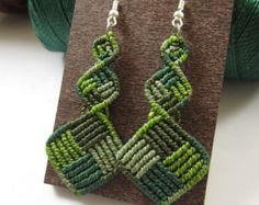 Macrame Leaves Green Olive Earrings with por PapachoCreations