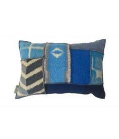 Kussen met een hoes van retro wollen dekens in blauw/ grijze kleuren. Deze hoes sluit aan de achterzijde met een grote houten knoop. De Afmeting is 40-60 cm. Inclusief binnenkussen.