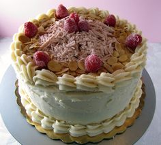 Zucchero Dolce - sweet sugar: Sugar High Friday: Almond Cake with Raspberry Filling and Brown Butter Frosting