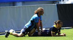 Atacante Zlatan Ibrahimovic se mostra bem á vontade enquanto recebe massagem durante treino da Suécia na Eurocopa