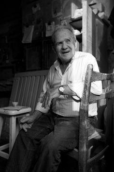 Kanaan, fondateur de l'atelier KANAAN en 1958, ébéniste
