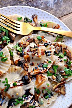 Super easy vegan pasta dough filled with fig paste and sauteed wild mushrooms and garlic. This ravioli is delicious and perfect for fall and winter! Fig Recipes, Entree Recipes, Mushroom Recipes, Vegan Recipes, Crepe Recipes, Waffle Recipes, Yummy Recipes, Vegan Ravioli, Ravioli Recipe