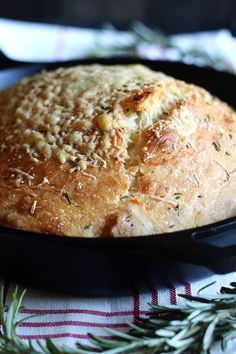 No Knead Rosemary Parmesan Skillet Bread features a super easy homemade dough that comes together in a matter of minutes! This bread has tons of flavor and a crispy crust. sub whole wheat flour, let rise extra long, add olives or garlic, sub bread flour. Cast Iron Skillet Cooking, Skillet Bread, Best Cast Iron Skillet, Iron Skillet Recipes, Cast Iron Recipes, Skillet Food, Artisan Bread Recipes, Oven Recipes, Recipies