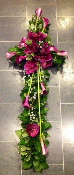 Rouwstuk voor op de kist | Kijk voor meer inspiratie voor de uitvaart op www.rememberme.nl #uitvaart #bloemen #flowers #rouw