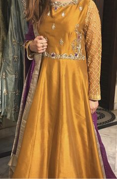 Discover recipes, home ideas, style inspiration and other ideas to try. Pakistani Mehndi Dress, Pakistani Fashion Party Wear, Bridal Mehndi Dresses, Pakistani Formal Dresses, Pakistani Wedding Outfits, Wedding Dresses For Girls, Pakistani Dress Design, Bridal Outfits, Summer Dresses