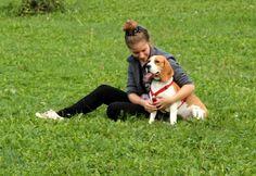 Adele, volontaria al rifugio, tiene compagnia la Patty. / Adele, volunteer at the shelter, keeps Patty company.