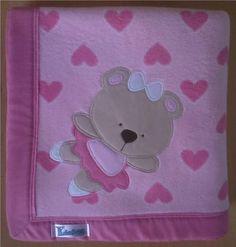 Manta em soft microfibra estampada rosa corações, com barrado em tecido 100% algodão e patch apliquée a escolher.  *Consulte disponibilidade de tecidos para o barrado e desenhos para o aplique. R$ 59,90