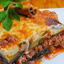 Looking for a moussaka recipe? prepare this delicious Greek moussaka recipe. Musaka, Greek Cooking, Greek Dishes, Think Food, Cooking Recipes, Healthy Recipes, Mediterranean Recipes, Gastronomia, Products