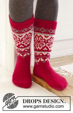 """Home for Christmas - DROPS Kerst: gebreide DROPS sokken met Noors patroon van """"Karisma"""". Maat 35 - 46 - Free pattern by DROPS Design"""