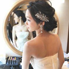 「. . 黒髪が綺麗な花嫁 auakaさん♪ . お気に入りの #ヴェラウォン のドレスを着て、 . 大人な仕上がり♪ . . ベッドは花嫁のもの。 . イヤリングは、 @fio_da_aranha…」