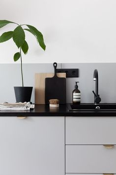 Corian Moodboard Maker (ad) - COCO LAPINE DESIGNclean kitchen inspirationColor trends autumn / winter: these 4 living colors now set the tone Interior Design Kitchen, Home Design, Kitchen Decor, Design Ideas, Minimalist Kitchen, Minimalist Decor, Minimalist Design, Living Colors, Cocinas Kitchen