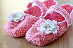 simple crochet slippers free pattern free tutorial free picture tutorial free picture pattern Pattern may need adjusted for sizes Crochet Simple, Crochet 101, Crochet Gratis, Crochet Slippers, Love Crochet, Crochet Yarn, Ravelry Crochet, Crochet Ideas, Cute Slippers