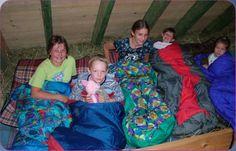 Verbringt eine oder mehrere Nächte auf dem idyllischen Ferienbauernhof Hasenhof Hornberg! Schlafen könnt ihr ganz romantisch im Heu oder im Matratzenlager.