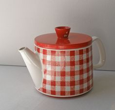 Vintage Red Gingham Ceramic Teapot // by OpheliaVintageHome Red And White Kitchen, Red Kitchen, Tartan, Plaid, Teapots Unique, Red Cottage, Ceramic Teapots, Red Gingham, Chocolate Pots