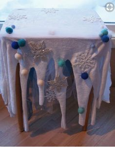 Wintery Table (from a school in Norway called, Fantasifantasten) Source by clothes ideas decoration Arctic Decorations, Christmas Crafts, Christmas Decorations, Frozen Table Decorations, Frozen Christmas Tree, Christmas Clothes, Festa Frozen Fever, Winter Thema, Winter Wonderland Decorations