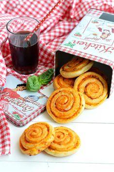 Le girelle pan-mozzarella sono delle briochine salate, buonissime, farcite con pomodoro, origano e basilico che nascondono all'interno de...