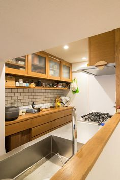 工夫いっぱいのオーダーカップボード: 株式会社エキップが手掛けたキッチンです。