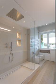 """Casa """"fg"""" bianco scolpito: bagno in stile di mamestudio - Bathroom Ideas House, Bathroom Interior Design, Bathroom Red, Bathroom Styling, Red Bathroom Decor, Small Bathroom, Bathroom Renovations, White Bathroom, Modern Style Bathroom"""