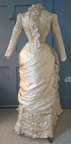 Exquisite 1880s Historicist Bustle Wedding ? Dress - Victorian Antique Fashion | eBay Antique Wedding Dresses, Vintage Formal Dresses, Old Dresses, Nice Dresses, 1880s Fashion, Victorian Fashion, Vintage Fashion, French Fashion, Wedding Dress Bustle