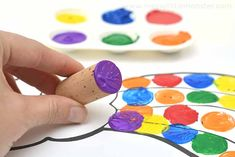 Easy rainbow craft for kids - A cork painting rainbow project for toddlers and preschoolers. This fun painting idea for kids is a great craft for learning colours. Toddler Art, Toddler Preschool, Learning Colors, Kids Learning, Rainbow Crafts, Kids Rainbow, Pens Game, Colors For Toddlers, Rainbow Project