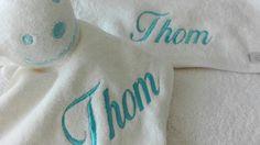 Knuffel met naam en badcape met naam, een origineel babycadeau. Laat een kraamcadeau personaliseren naar wens.